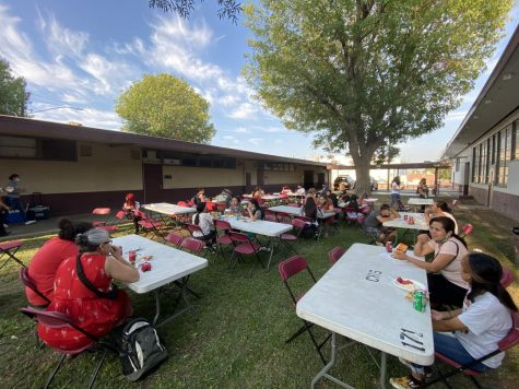 EL students and their families enjoy a picnic dinner on the CHS lawn.