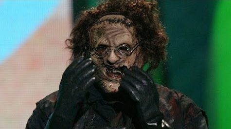 Leatherface emotionally accepts his award for Best Thriller at the 2004 Teen Choice Awards.